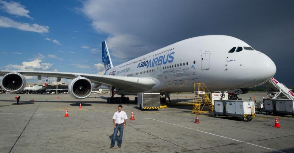 O Airbus A380, maior avião do mundo, pousa no aeroporto internacional de Guarulhos, em São Paulo