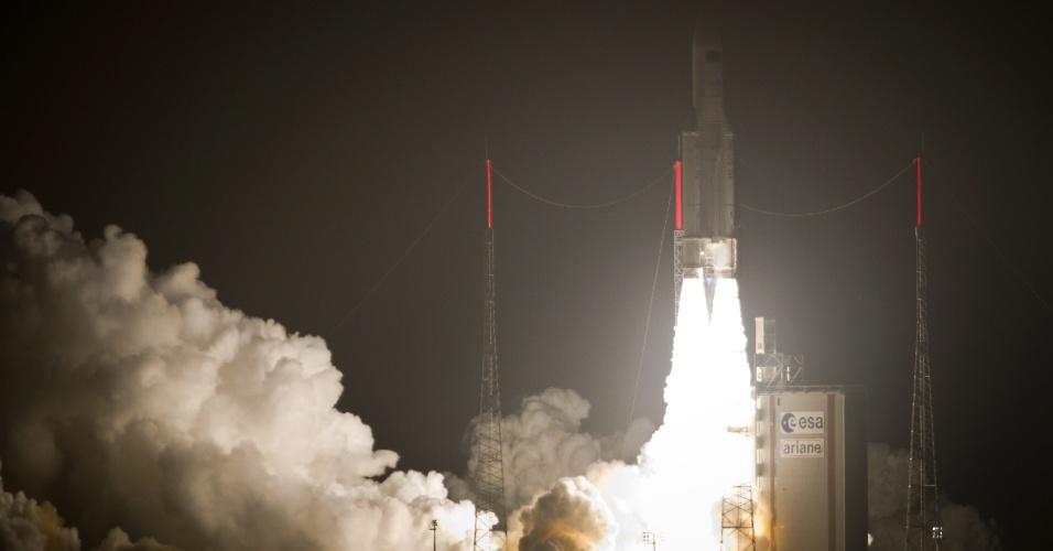 O foguete Ariane 5 é lançado para o espaço, nesta sexta-feira (23), do centro espacial europeu em Kourou, na Guiana Francesa. A embarcação está carregada com suprimentos para abastecer a Estação Espacial Internacional (ISS