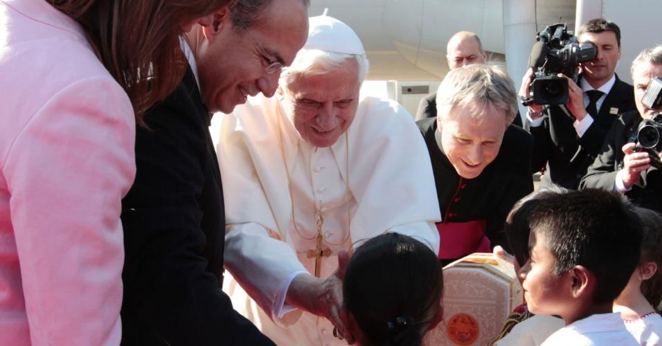 O papa Bento 16 desembarca no aeroporto de Silao, no México, e cumprimenta crianças da cidade. Bento 16 foi recebido pelo presidente Felipe Calderón e a primeira-dama Margarita Zavala