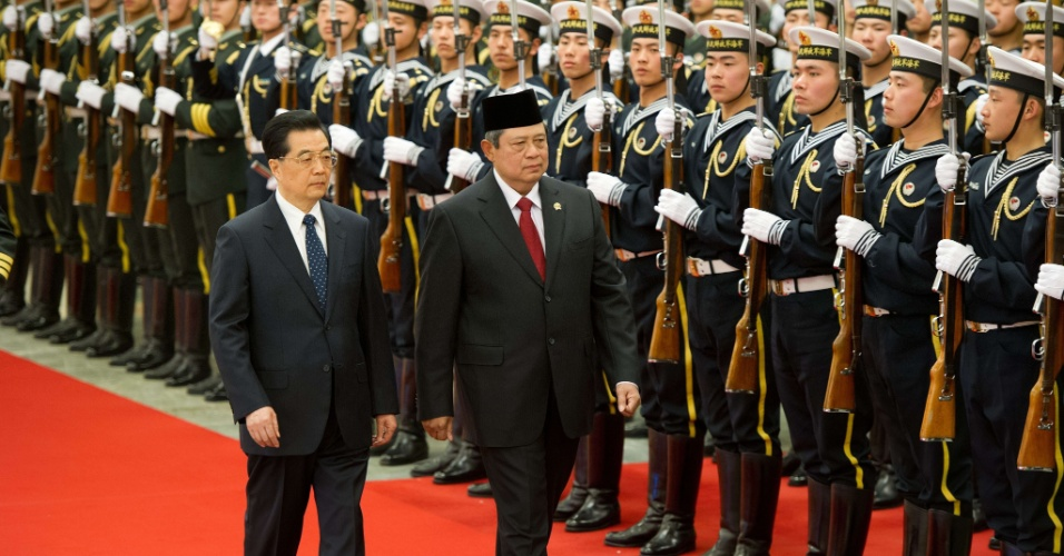 O presidente da Indon&#233;sia, Susilo Bambang Yudhoyono, &#224; direita, revista as tropas ao lado do presidente da China, Hu Jintao, durante cerim&#244;nia de boas-vindas a Yudhoyono, que est&#225; em visita oficial &#224; capital chinesa, no Grande Sal&#227;o do Povo, em Pequim, nesta sexta-feira (23)