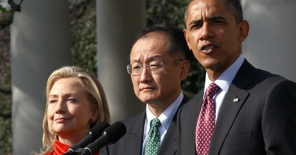 O presidente dos Estados Unidos, Barack Obama,  indicou, acompanhado da secretária de Estado norte-americana, Hillary Clinton, o presidente do Dartmouth College e especialista em saúde pública Jim Yong Kim para chefiar o Banco Mundial