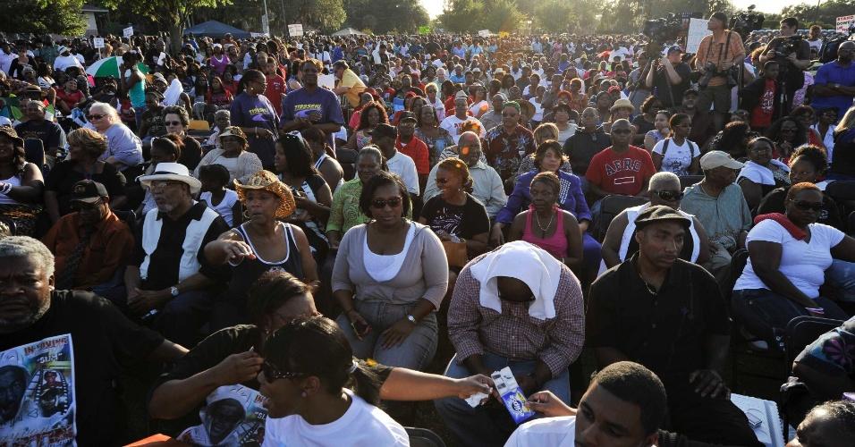 Oito mil pessoas compareceram nesta sexta (23) a uma celebração em um parque de Sanford, na Flórida (Estados Unidos), em memória de Trayvon Martin. O adolescente, negro, foi assassinado por um vigilante quando voltava para casa, no dia 26 de fevereiro. O caso reacendeu as tensões raciais no Estado