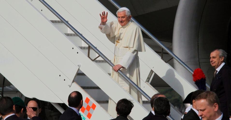 Papa Bento 16 acena ao embarcar em avião no aeroporto de Fiumicino, em Roma, na Itália