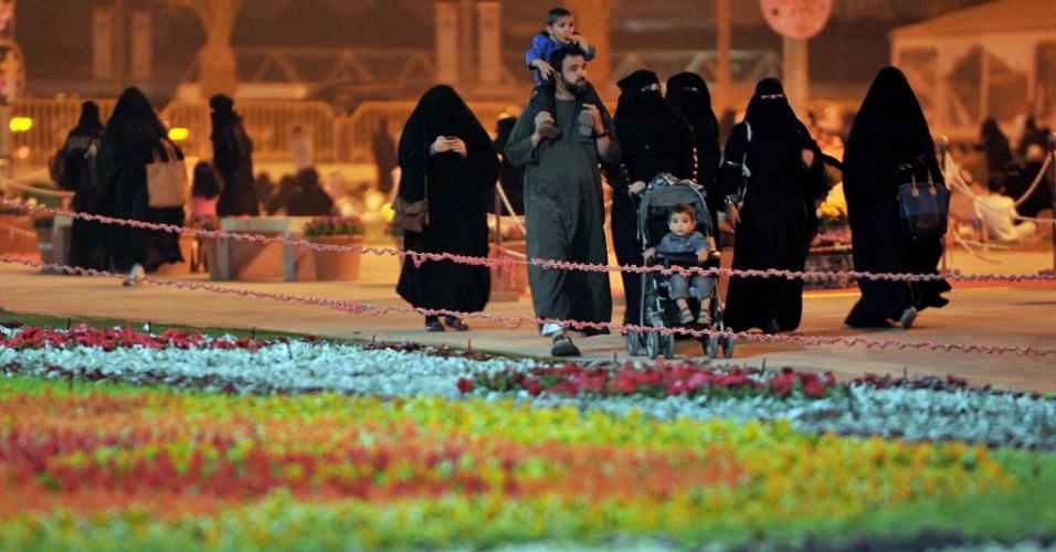 Sauditas caminham, em Riad, na Arábia Saudita, próximo a 'carpete' feito com 140 mil flores para o festival de primavera da cidade