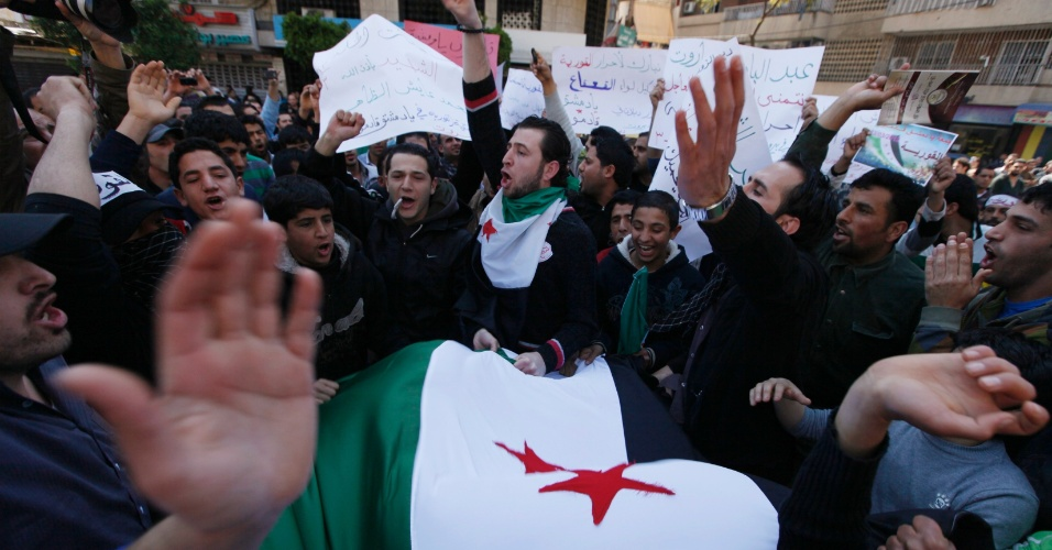 Sírios opositores a Bashar al-Assad, presidente da Síria, protestaram em Beirute, no Líbano