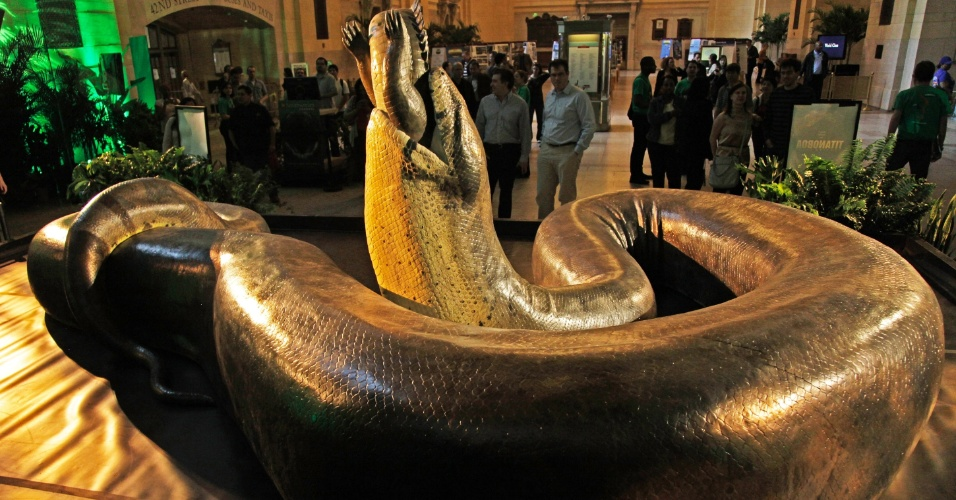 Uma réplica em tamanho real da maior serpente do mundo, a Titanoboa, invadiu estação de metrô em Nova York