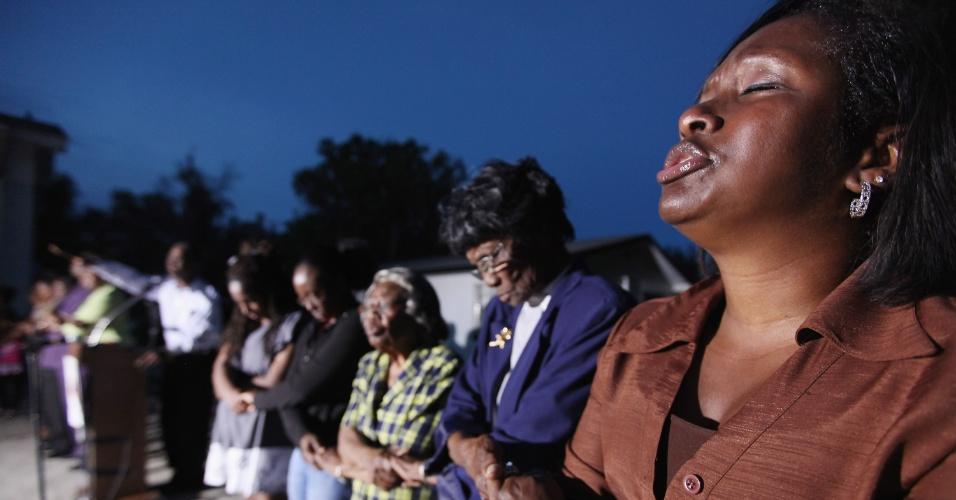 Uma vigília noturna numa capela da cidade de Sanford, na Flórida (Estados Unidos), lembrou a morte de Trayvon Martin. O adolescente, negro, foi assassinado por um vigilante quando voltava para casa, no dia 26 de fevereiro. O caso reacendeu tensões raciais no Estado. Nesta sexta-feira (23), Obama falou sobre o caso