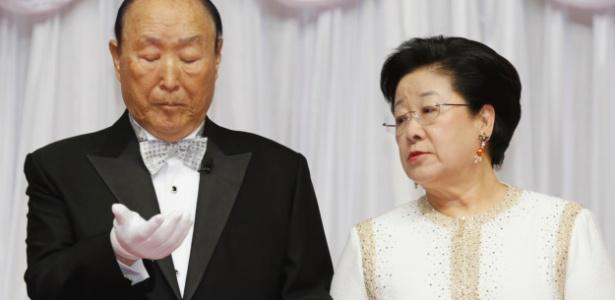 Reverendo evangelista Moon Sun-myung e sua mulher participam de casamento coletivo realizado em Gapyeong, na Coreia do Sul