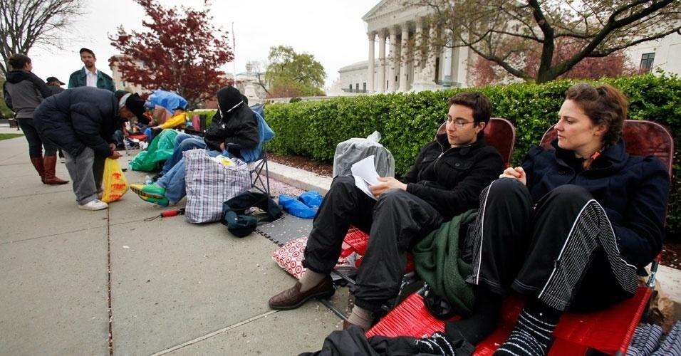 Americanos acampam, neste domingo (25), do lado de fora da Suprema Corte para ouvir argumentos de Barack Obama sobre lei de saúde que amplia a cobertura médica para cerca de 32 milhões de norte-americanos