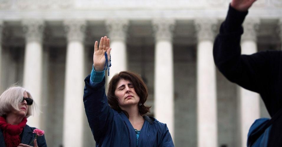 Ativistas cristãos antiaborto fazem vigília de oração neste domingo (25) em frente à Suprema Corte, em Washington. Os ativistas colocaram 3.300 flores ao redor do tribunal, pois afirmam que essa é a quantidade de crianças que morrem diariamente por aborto