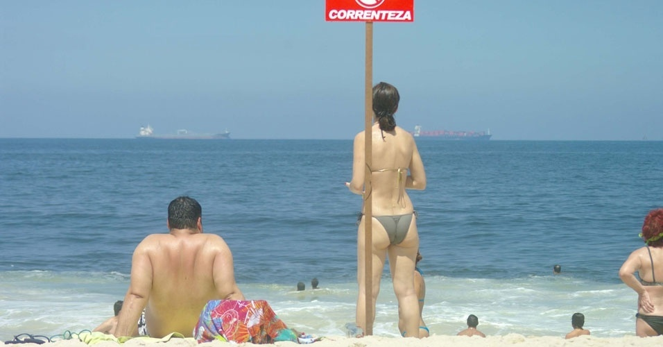 Banhistas aproveitam sol na praia de Copacabana, na zona sul do Rio de Janeiro, neste domingo