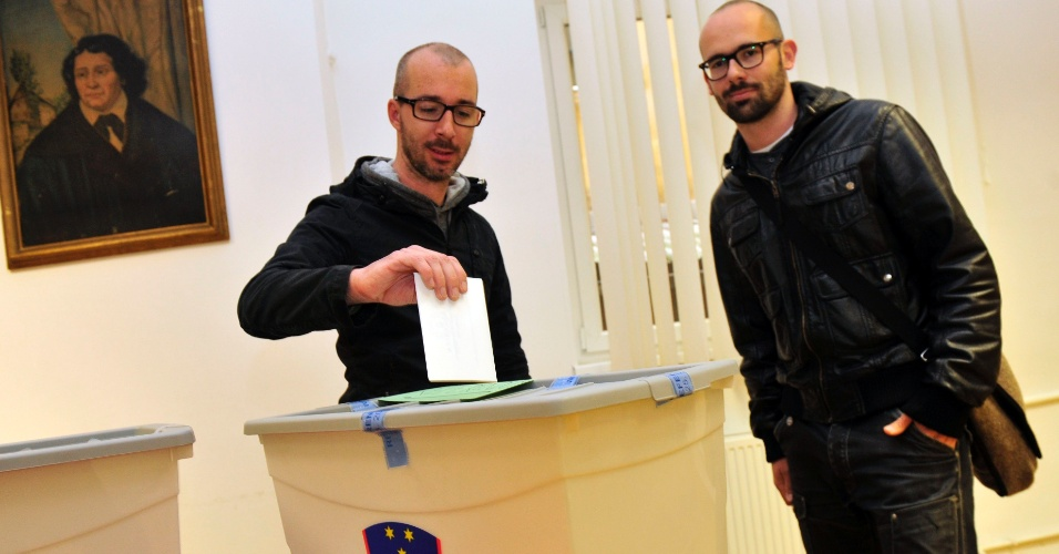 Casal vota em referendo sobre a possibilidade de homossexuais adotarem o filho de seus parceiros, na Eslovênia