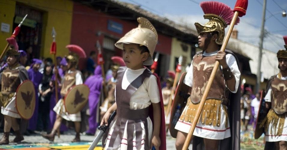 Criança se veste como romano durante procissão no quinto domingo da quaresma na Guatemala