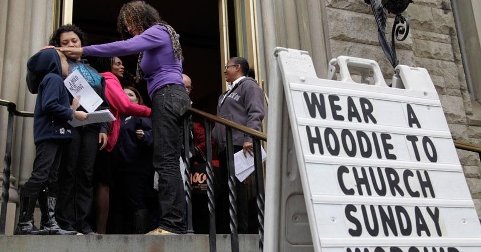 Frequentadores de igreja em Nova York são convidados a usar capuz na missa deste domingo (25). A intenção é mostrar apoio no caso de Trayvon Martin, adolescente negro desarmado que usava capuz na noite em que foi morto por um vigia de bairro na Flórida