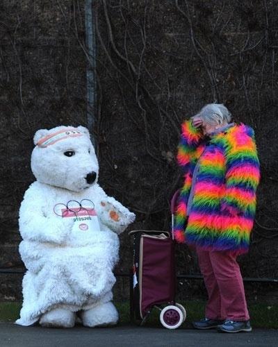"""Mulher espera o início do """"Sport Relief Mile"""" ao lado de homem fantasiado de urso. O evento é uma corrida realizada no centro de Londres para ajudar projetos de caridade"""