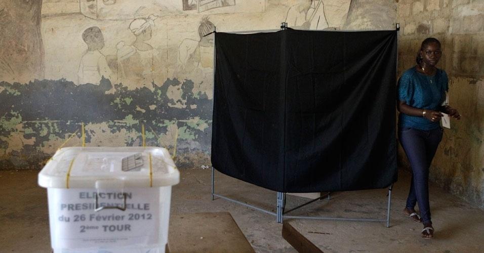 Mulher vota durante segundo turno da disputa para presidência do Senegal. Os eleitores decidirão neste domingo (25) entre o atual presidente Abdoulaye Wade, com 85 anos, ou Macky Sall, candidato da oposição