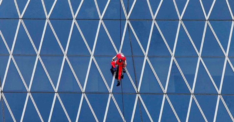 O escalador francês Alain Robert, que se tornou famoso por escalar edifícios famosos ao redor do mundo, escala os 215 metros de altura do prédio Barkie Tower, que tem 40 andares e e fica em Jacarta, na Indonésia