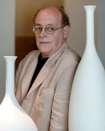 O escritor italiano Antonio Tabucchi, considerado uma das grandes referências literárias na Europa, morreu neste domingo (25) aos 68 anos de idade em Lisboa. O escritor estava internado em consequência das sequelas de uma longa doença. O funeral será realizado na próxima quinta-feira (29) na capital portuguesa