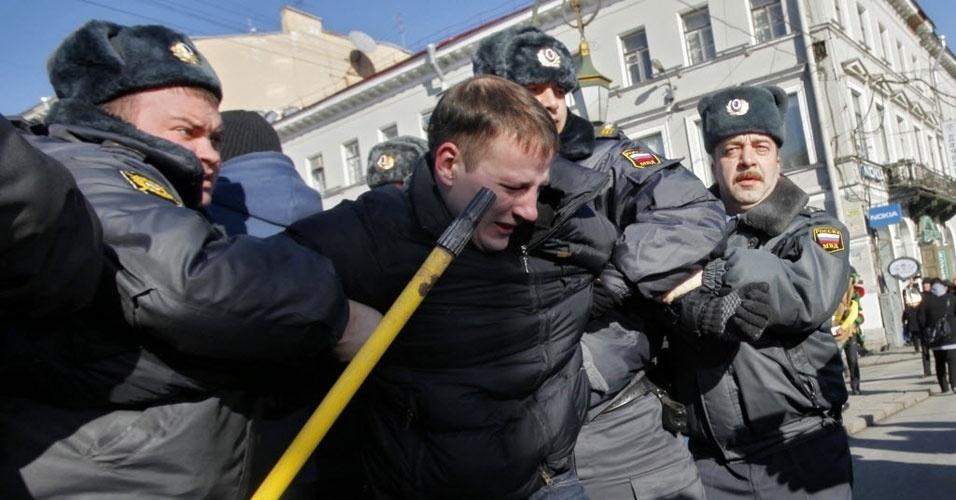 Policiais detêm ativista da oposição durante marcha realizada neste domingo (25) para protestar contra as políticas do Kremlin e fraudes eleitorais, em São Petersburgo, na Rússia