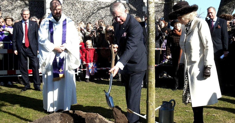 Príncipe Charles (centro) e sua mulher, Camilla --a duquesa da Cornualha (à direita)--, plantam árvore durante visita ao The Churchill Park, em Copenhague, na Dinamarca. O casal real britânico realiza visita oficial ao país