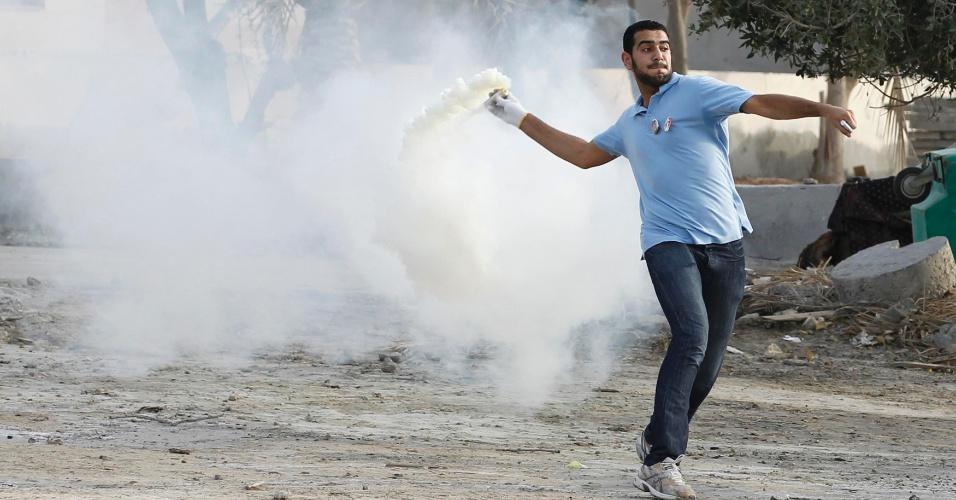 Bareinita joga bomba em polícia durante protesto em Budaiya, a oeste de Manama