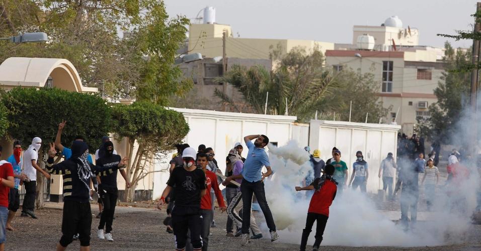 Bareinitas se confrontam com a polícia durante protesto em Budaiya, a oeste de Manama