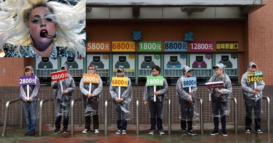 Funcionários seguram placas com os preços dos ingressos para assistir ao show da cantora norte-americana Lady Gaga, em frente à bilheteria do centro de esportes da Universidade Nacional de Taiwan, na China. Com ingressos de US$ 94,80 (cerca de R$ 174) a US$ 433 (R$ 790), Lady GagA bate o recorde de ingresso mais caro para um show em Taiwan (China). A exibição da cantora na cidade será no dia 17 de maio no Taipei World Trade Center Nangang Exhibition Hall