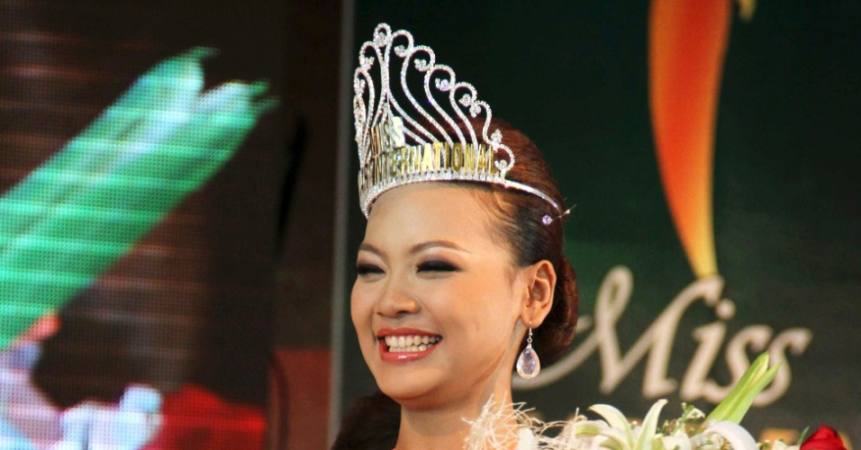Nan Khin Zeyar, vencedora do Miss Internacional Mianmar 2012, sorri logo ap&#243;s ser coroada no concurso, realizado no Myanmar Convention Center (MCC) na cidade de Yangon
