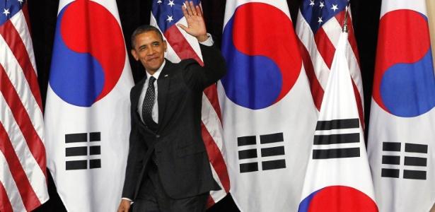 O presidente dos Estados Unidos, Barack Obama, acena enquanto caminha em palco para realizar discurso