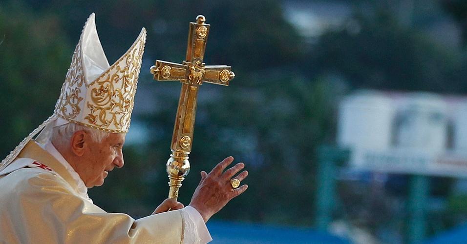Papa Bento 13 abençoa cubanos que participaram da Santa Missa realizada em comemoração ao 400º aniversário da descoberta da imagem da Virgem da Caridade de Cobre, em uma praça de Santiago de Cuba