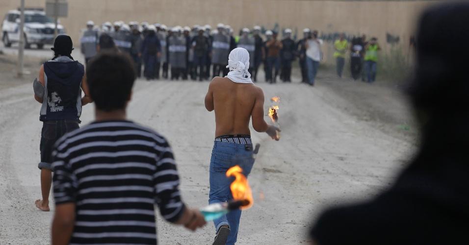 Bareinitas com coquetéis molotov enfrentam forças de segurança durante protesto no vilarejo de Sharakan, ao sul de Manama
