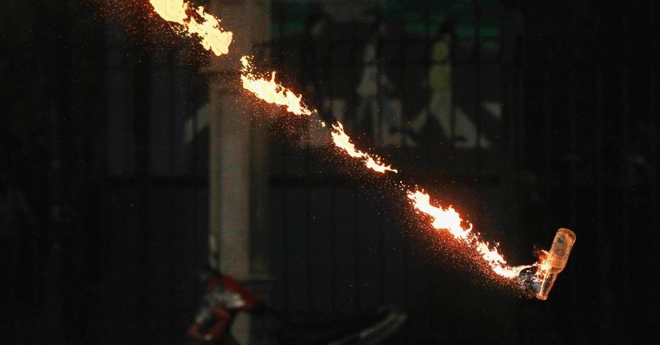 Coquetel molotov lançado durante confronto entre manifestantes estudantis e a polícia em Jacarta