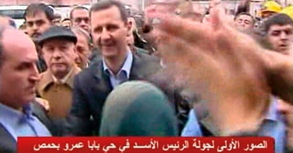 Em imagem captada de v&#237;deo, o ditador s&#237;rio, Bashar al Assad, conversa com simpatizantes no bairro de Baba Amr, em Homs