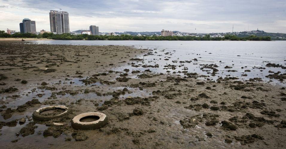Em Porto Alegre, o nível do Guaíba, que está bem baixo próximo ao Gasômetro, mostra os efeitos da falta de chuva na região