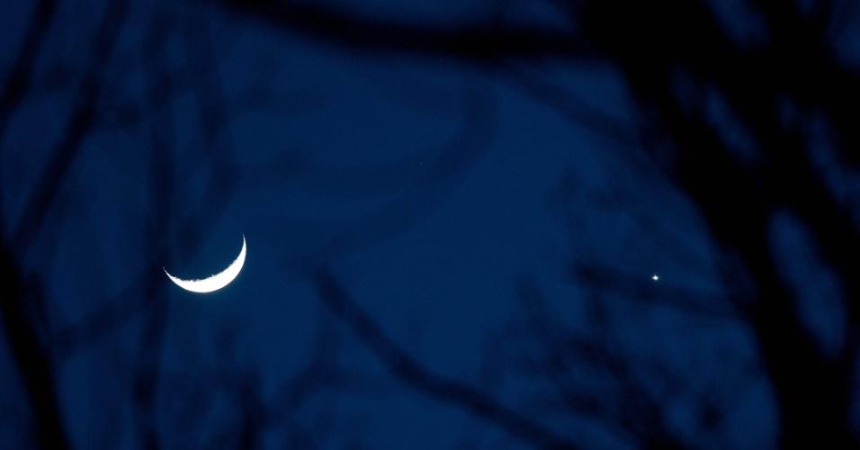 Lua crescente e o planeta Vênus vistos o mais próximo possível, no céu de Burlington, em Massachusetts