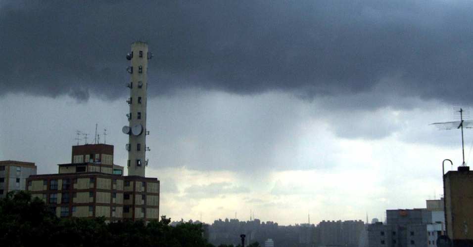 Nuvens carregadas no bairro do Jaguaré, zona oeste de São Paulo.