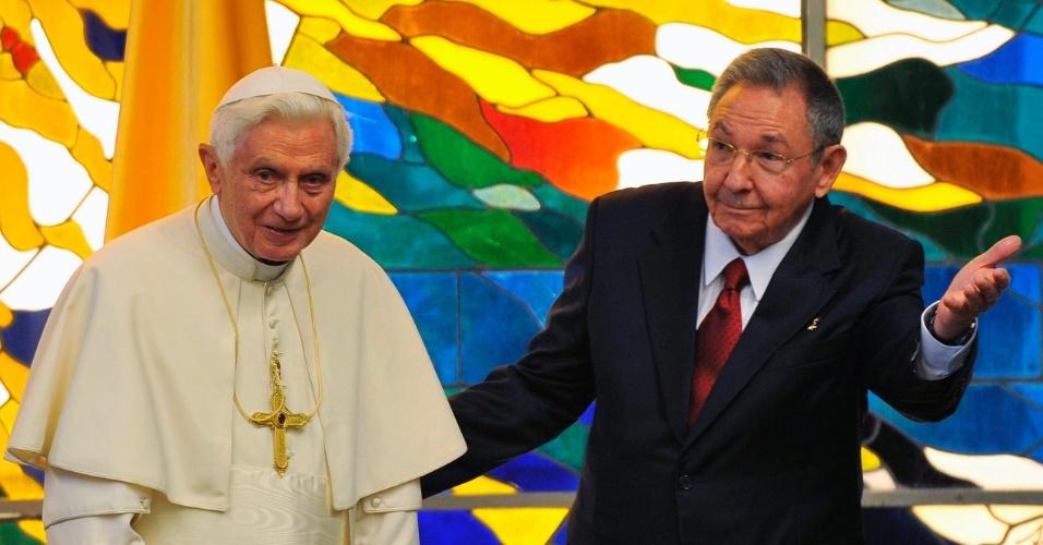 O papa Bento 16 é recebido pelo presidente de Cuba, Raul Castro, no Palácio da Revolução, em Havana, no segundo dia de sua visita a Cuba