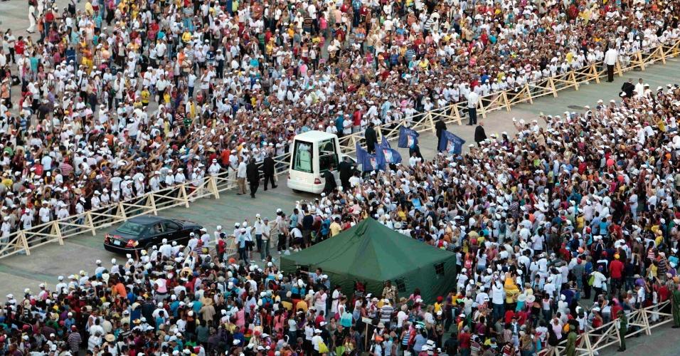 Papa Bento 16 chega de Papamóvel à Praça Antonio Maceo, em Santiago de Cuba