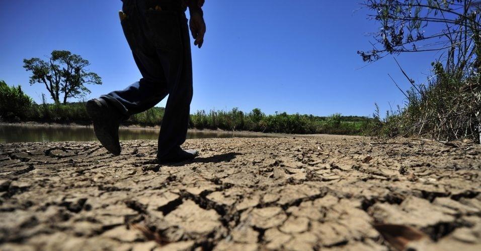 Produtor mostra terreno árido na zona rural de Nova Palma (RS), durante a estiagem na região