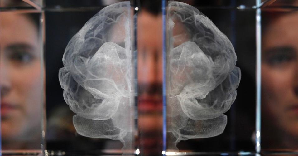"""Trabalho intitulado 'Minha Alma' do artista Katherine Dawson (laser gravado em cristal de chumbo), na exposições """"Brains - a mente como a matéria"""" na Wellcome Collection em Londres"""