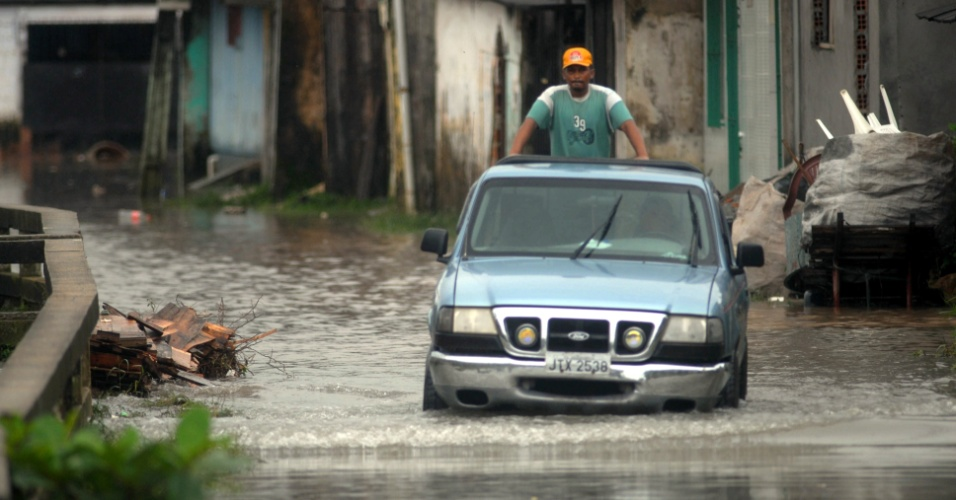 Caminhonete tenta passar por rua alagada do bairro do Marco, em Belém (PA)