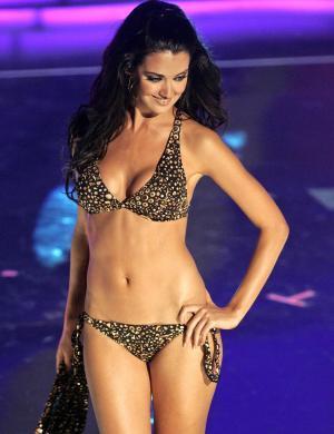 Priscila Perales desfila no Miss Universo 2006, em foto da AFP