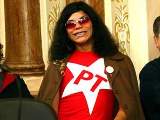 E em Curitiba tem a travesti Andrielly Vogue. O voto do Ronaldo Fenômeno já  está garantido. Ela vai ter uma votação fenomenal! Rarará! 54acbed781152