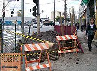 Hoje apareceu esse buraco na calçada perto da rua dos Pinheiros