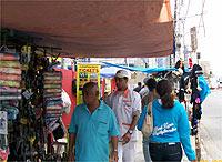 Pedestres dividem a calçada com os camelôs na região do Largo da Batata