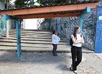 No ponto (este com cobertura), esperamos dois minutos pelo ônibus (foto: Flávio Florido/UOL)