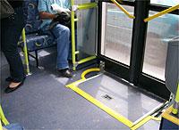 O ônibus que eu peguei hoje estava bem novinho e era adaptado para deficientes físicos