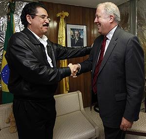 Zelaya e Micheletti fecham acordo em Honduras; Congresso decide se presidente deposto voltará ao poder