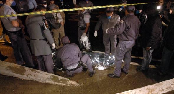 17.jul.2007 - Policiais retiram corpo do local do acidente