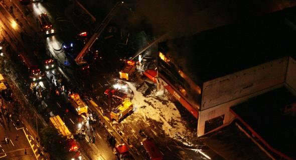 17.jul.2007 - Casas atingidas perto do Aeroporto de Congonhas, zona sul de São Paulo